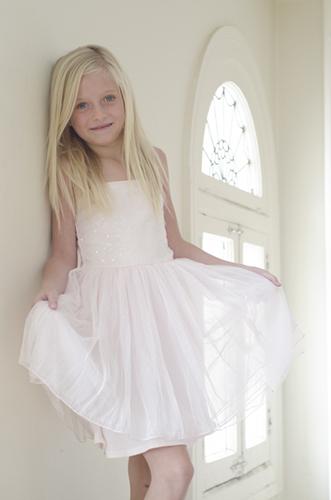 白いドレスの女の子